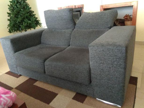 Sofá de dois lugares com chaise long impecável