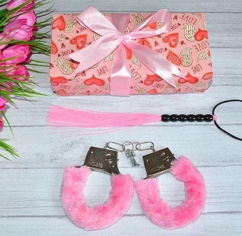 Набор  наручники и плетка в подарочной упаковке.