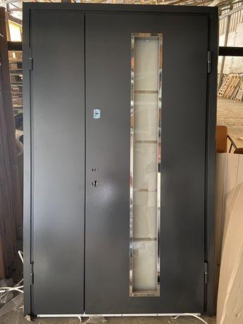 Двері металеві вхідні склом
