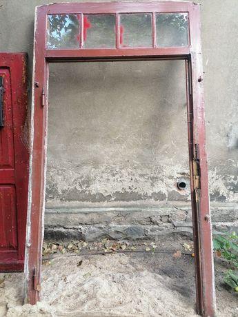 Stare drzwi wejściowe z futryną