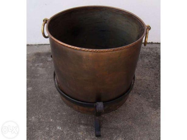 Antigo vaso em cobre com base