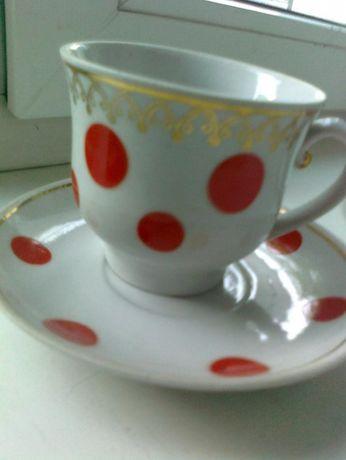 Чашка с блюдцем в красный горох с позолоченным рисунком,новая