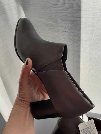 Sapatos abotinados de salto - novos com etiqueta - 38