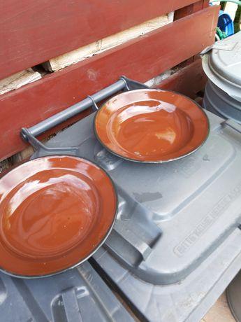 Dwie emaliowane miski stołowe.
