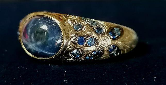 Золотое кольцо с натуральным звезчатым сапфиром и бриллиантами