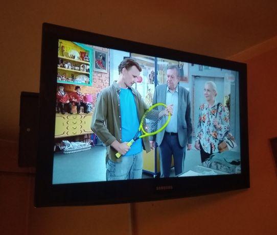 Telewizor Samsung LCD 40 cali z uchwytem na ścianę.