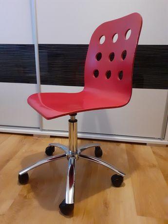 Czerwone krzesło obrotowe z możliwością regulacji