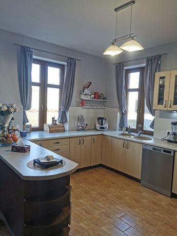 Kuchnia, meble kuchenne z lodówka, piekarnikiem, okapem