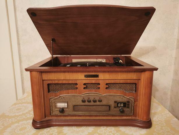 Gramofon retro z odtwarzaczem CD i radiem