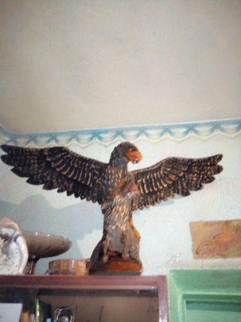 Деревянный орел с волком ручной работы.