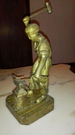 estatueta de bronze o ferreiro