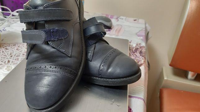 Продам школьные кожанные туфли новые