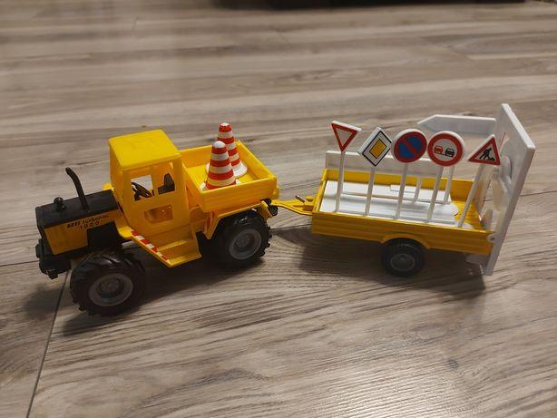 Traktorek z przyczepą i znakami