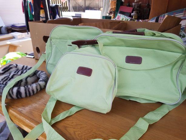 Zielone torebki -kosmetyczki.