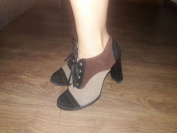 Демисезонные замшевые ботинки.