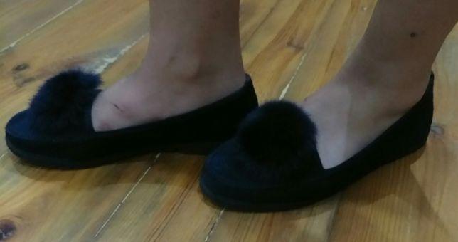 Туфли для девочки замшевые с бубонами в хорошем состоянии.