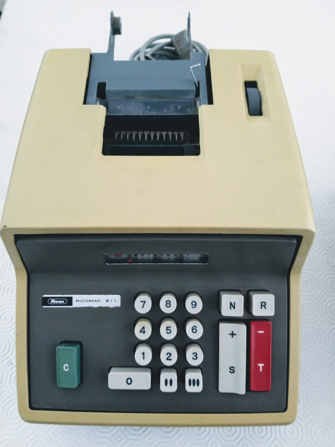 Máquina calculadora antiga avariada