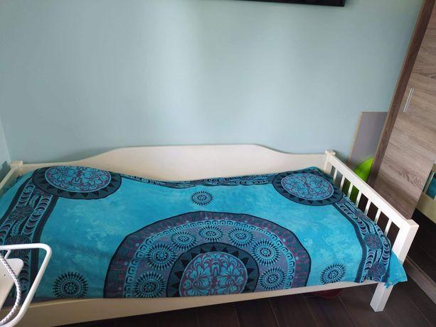 Białe drewniane łóżko z materacem