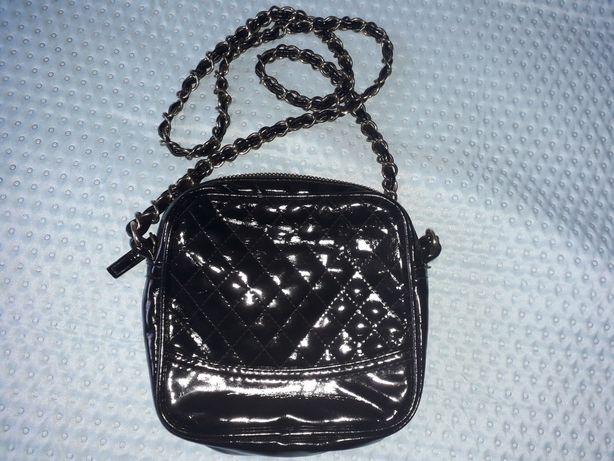 Mała czarna lakierowana torebka