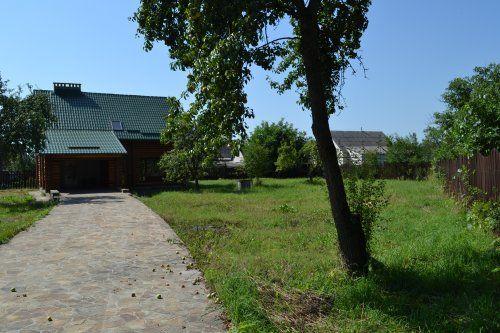 новий будинок з дикого зрубу та земельна ділянка