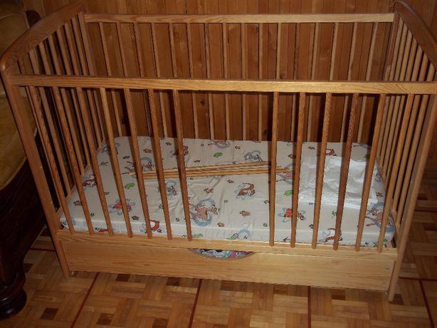 Dziecięce drewniane łóżeczko