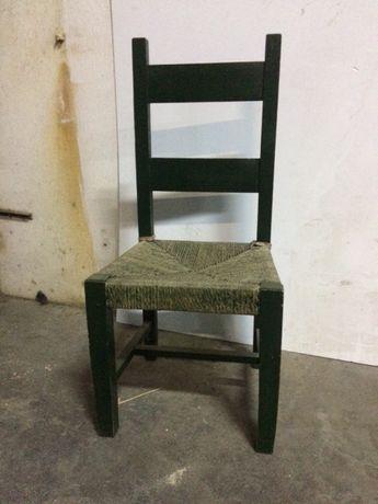Cadeira de madeira e corda