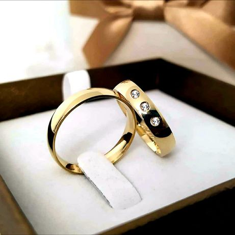 Urocza Para Złotych Obrączek Ślubnych