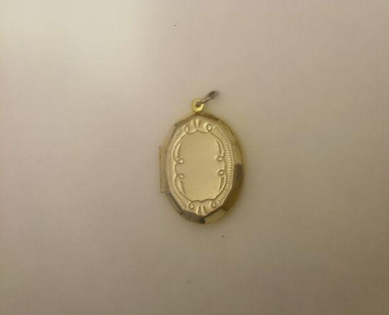 Подарок к празднику близкому человеку - медальон, классика.