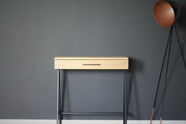 Konsola z szufladą z drewna dębowego.