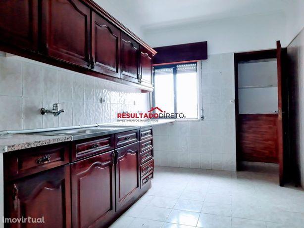 Apartamento T2 com arrecadação em Rio de Mouro