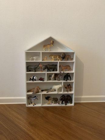 Деревянный домик для коллекции фигурок