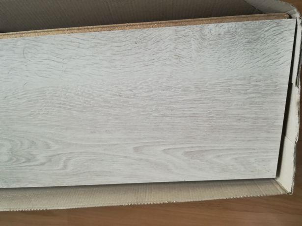 Niecałe opakowanie paneli, pianka polietylenowa i folia