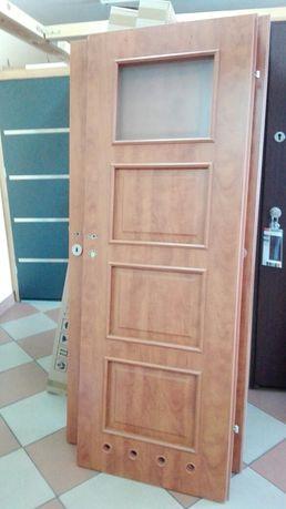 Solidne drzwi wewnętrzne.