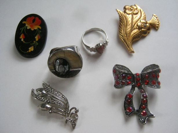 Бижутерия (броши, кольца).