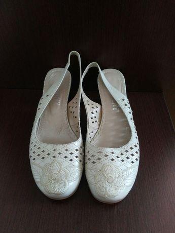 Босоножки, туфлі нові.