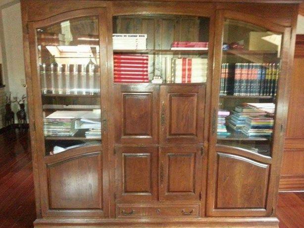 Móvel estante em madeira maciça