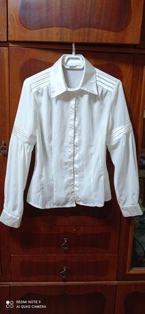 Две белые  блузка,  фото  1,  2,  размер 44,  2- блузка фот. 3-5 - 36.