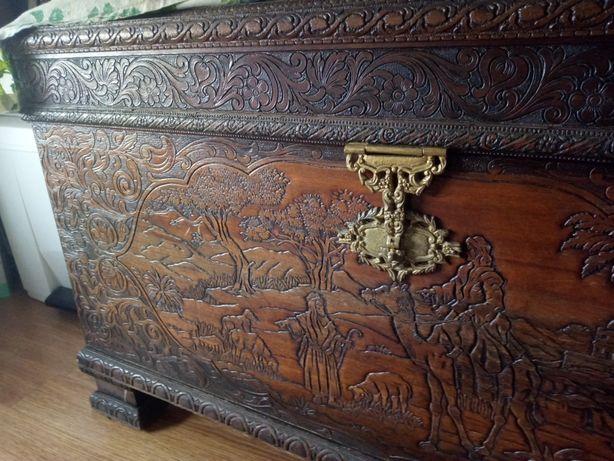 Arca / baú em mogno antiga, pesada, com desenhos em relevo, como nova.