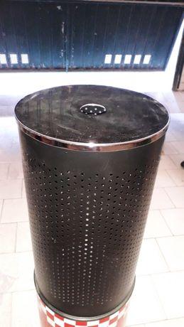 Caixote de lixo em metal grande