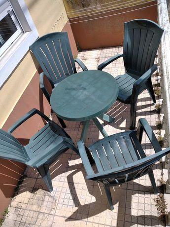 Mesa e quatro cadeiras de Jardim
