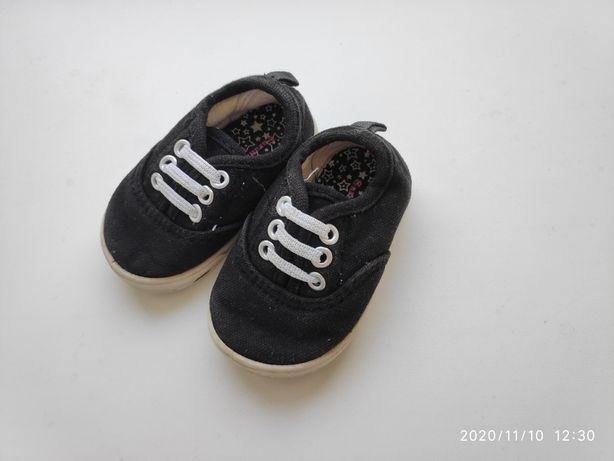 Продам кроссовки на девочку 12-13 см
