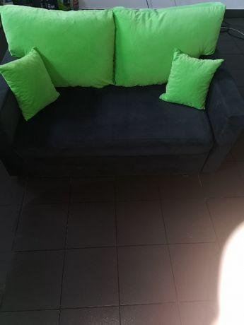 Łóżko 2 osobowe szare z zielonymi poduszkami