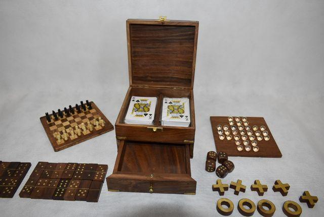 Gry w drewnianym pudełku szachy kulki kółko i krzyżyk karty domino