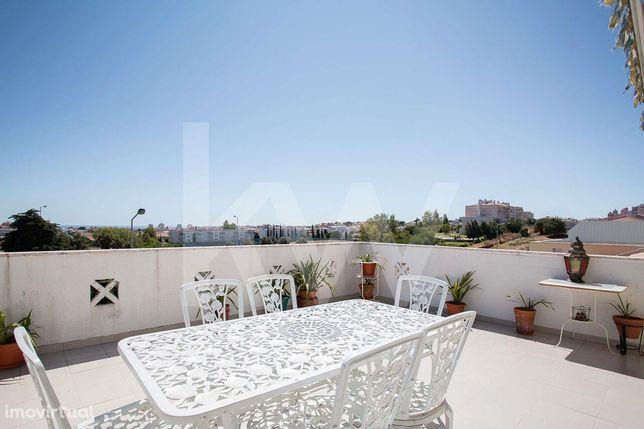 Penthouse T3 com 2 enormes terraços usufruindo de vista mar