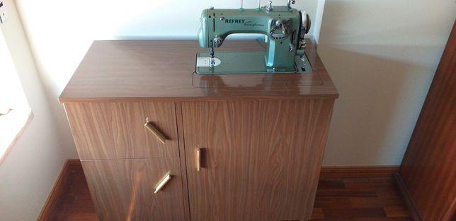 Máquina de costura e de bordar Refrey 427
