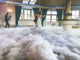 Taniec w chmurach, ciężki dym (pierwszy taniec) Napis Love