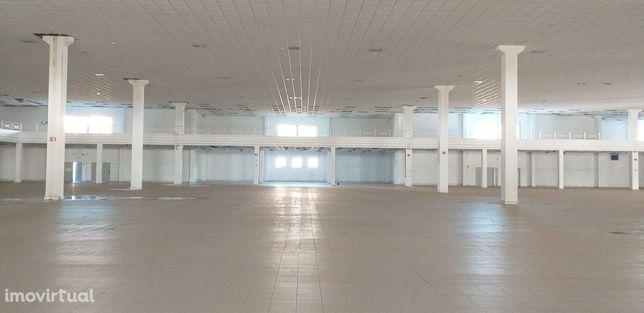 Arrendar  armazém industrial comercial grandes dimensões Sintra
