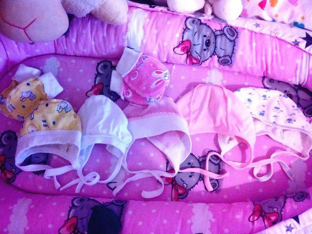 Чепчики на девочку новорожденную. Шапочки