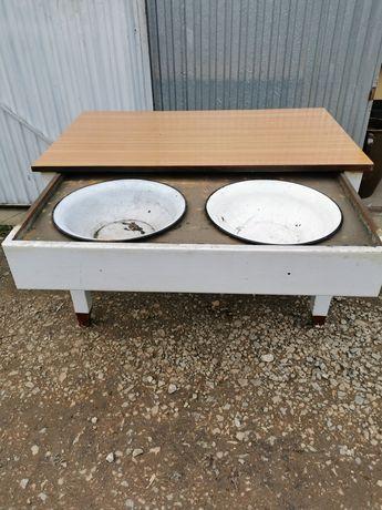 Stary stół kuchenny z miskami