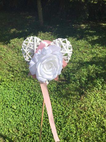 wiklinowe serca z różą - dekoracja alejki